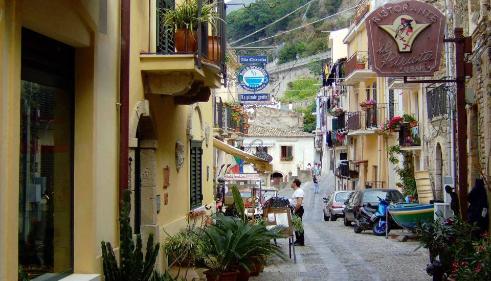 Cabin Charter Eolie - Chianalea - Vicolo - Vacanza in Barca a Vela - Viaggio in Barca a Vela - Calabria - Sicilia